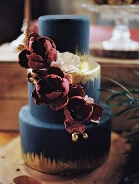 Navy and gold wedding cake with burgundy peony perfect for autumn wedding #weddingcake #autumnwedding #fallwedding