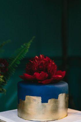 Navy and gold wedding cake with burgundy peony perfect for autumn wedding #weddingcake #autumnwedding #fallwedding