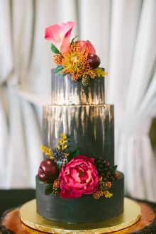 Black and gold wedding cake with peony and floral #elegantweddingcake #winterwedingcake #peony #blackweddingcake #goldweddingcake