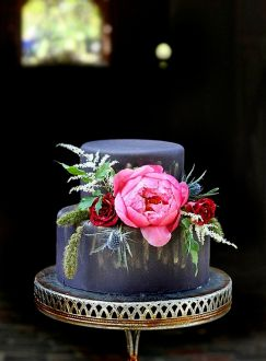 Navy and gold wedding cake with pink peony perfect for autumn wedding #weddingcake #autumnwedding #fallwedding