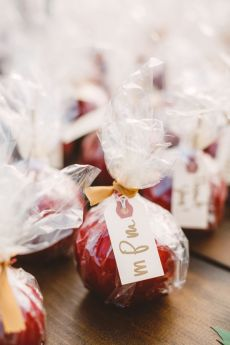 Apple wedding favors - wedding in The Peach Orchard | Photography : marymargaretsmith.com | https://www.fabmood.com/a-cozy-fall-wedding-in-the-peach-orchard #peach #fallwedding