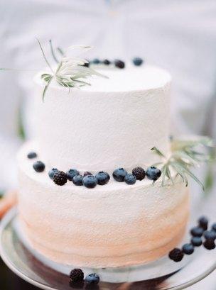wedding cake | Cozy and Intimate Rustic Wedding | Photography : yuriyatel.com | read more: fabmood.com