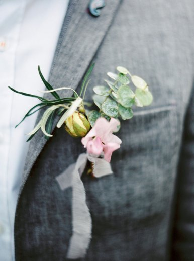 Bountonnieres   Cozy and Intimate Rustic Wedding   Photography : yuriyatel.com   read more: fabmood.com