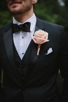 Blush Roses boutonnieres for garden wedding | fabmood.com #boutonnieres #blushwedding #gardenwedding