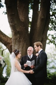 Garden Wedding ceremony | fabmood.com #gardenwedding