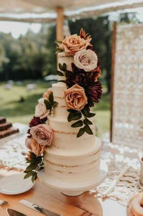 Naked wedding cake for a rustic wedding - wedding cake ideas #weddingcake #nakedcake