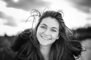Portrait sourire noir et blanc