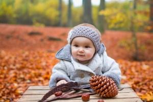 Bébé avec pomme de pin