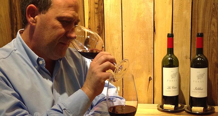 Edy Del Popolo ensimismado con sus vinos