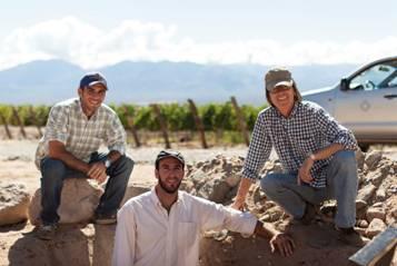 Mariano Quiroga Adamo (Enólogo), Santiago Bugallo (Ing. Agrónomo) y Paul Hobbs, asesor enológico estudian las cualidades de los suelos de Cafayate en búsqueda de la máxima calidad en Salta.