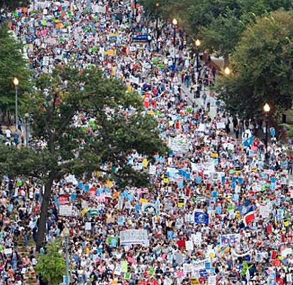 demonstranten auf den weg zum reichstag