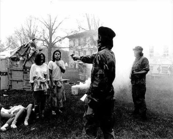 Φωτογραφία απεικονίζει τον Τσε Γκεβάρα να εκτελεί δυο ανυπεράσπιστες γυναίκες;