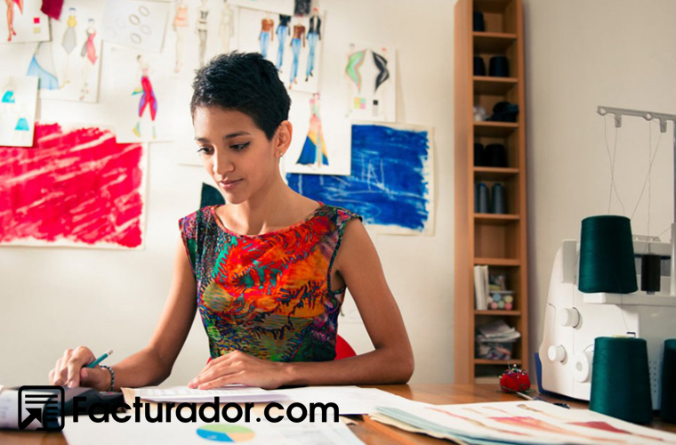mujer-freelance-obligaciones-fiscales