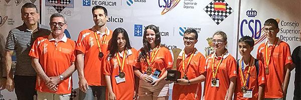 ajedrecistas reciben trofeo