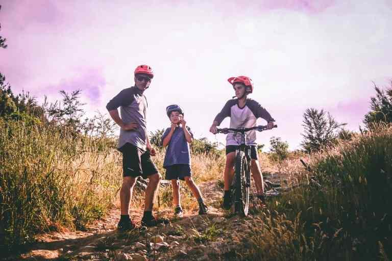 Drei Jungen auf Feldweg