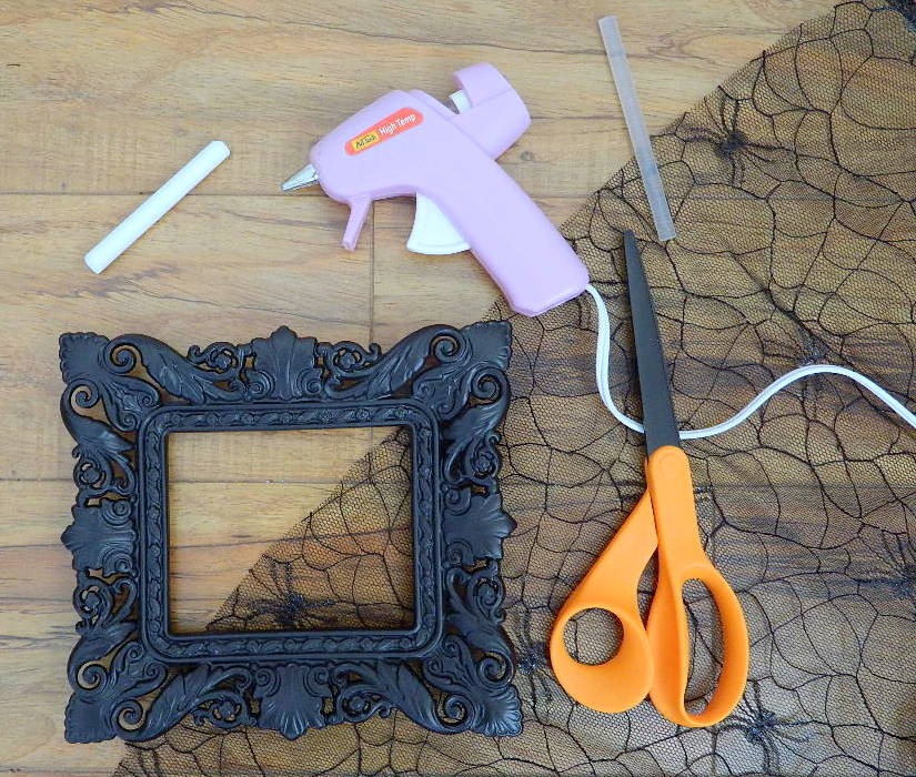 Tattooed Martha - Lace Picture Frame Holder (1)