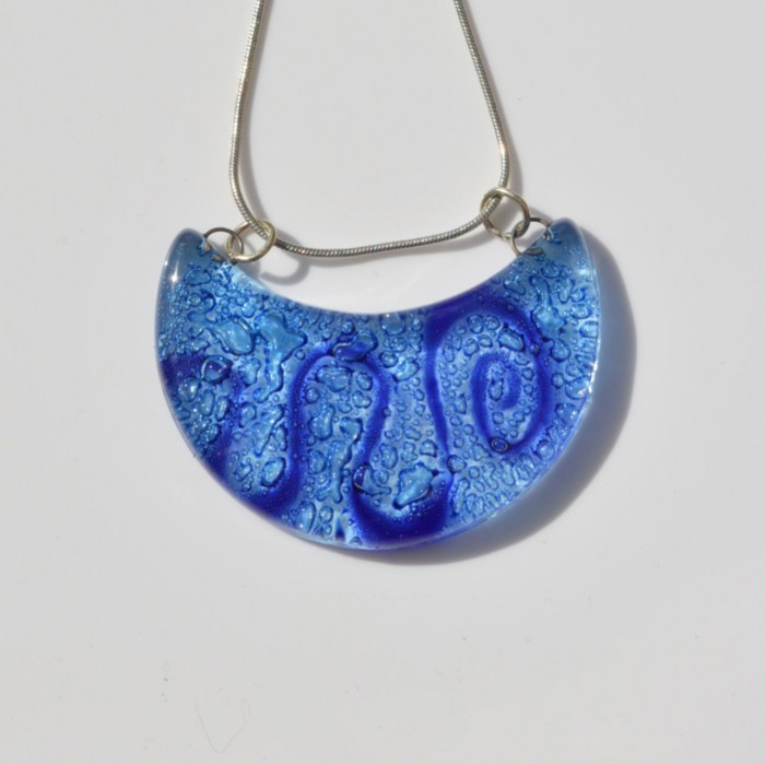 Fair Trade Glass pendant crescent dark blue with aqua JNG6