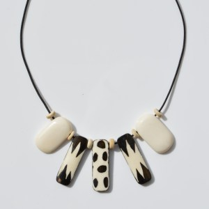 Fair Trade Bone necklace mixed natural and batiked – JNBom