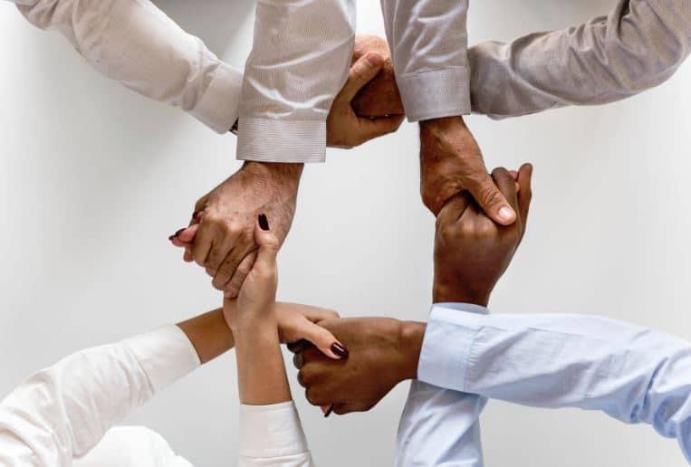 Menschen reichen sich Hände