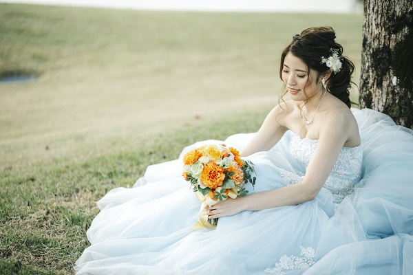 花嫁さま必見!カラードレスで人気の髪型とは