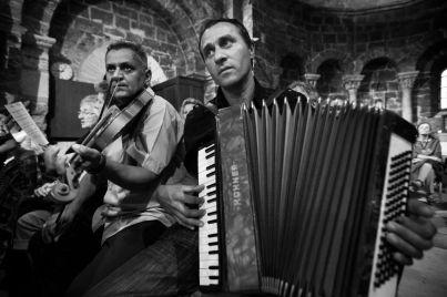 Des musiques, des chants et des voix s'élèvent de toutes parts, rythment la cérémonie religieuse.