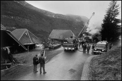 dans un petit village à 30 kilomêtres d'Anncey, décembre 2004 16H10, feu de toiture du chalet