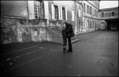 Angoulême, janvier 2004, collège St Marthe Chavagne. la cloche de la récréation à sonné pour les jeunes sapeurs pompiers, petit moment intime avec une élève.