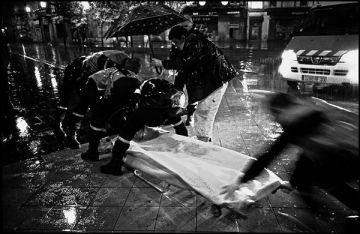 un soir tres pluvieux, une moto et ses deux occupant glissent sur l'artere pietonne.