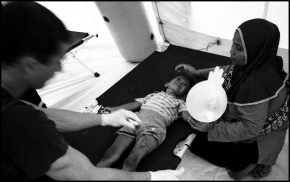 Banda Aceh sumatra 10 janvier 2005, dans un camp de réfugiers non loin de Banda Aceh ( Lampaya), soins pour un enfant victime du tsunami.