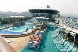 Afbeeldingsresultaat voor Vision of the Seas pool deck
