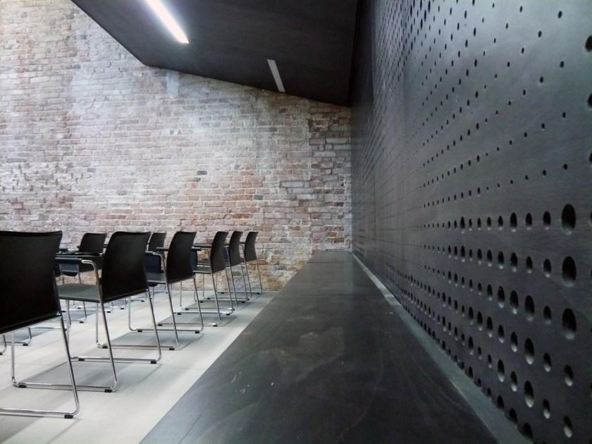 Arsenale di Venezia spa, Fornitura e posa di rivestimenti acustici e arredo in multistrato per sala conferenze ; porte , parapetti , armadi , controsoffitti ,  rivestimenti e manufatti vari di completamento