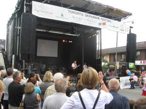 Randy Bachman playas traditional Ukrainian tune : TCB
