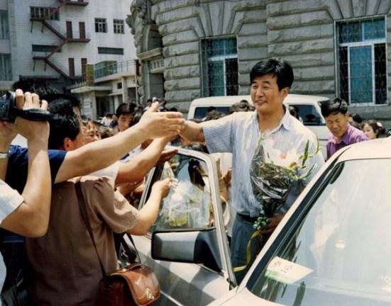 法輪功學員在大連碼頭歡迎李洪志師父。中國,大連(1994-7-1)(明慧网)