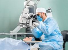 Stále váhaš s operáciou očí? Prečítaj si, čo ti prinesie