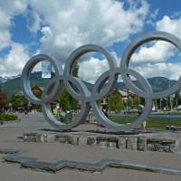 Das Olympia-Zeichen unten in der Stadt