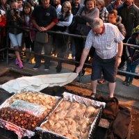 Hier wird unser Abendessen - das traditionelle Maori Hangi aus dem Erdofen - entblättert