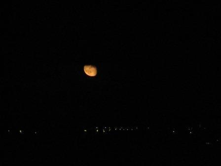 Der Mond. Über Esquibien.