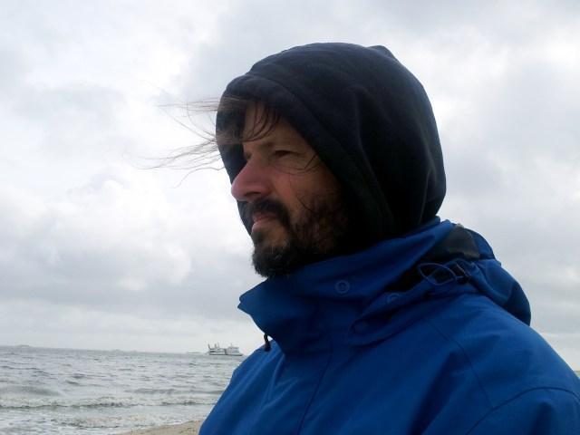 Autor vor Meer mit Fähre im Hintergrund (Foto: Arne Ulbricht)