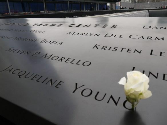 Memorial du 11 septembre 2001 - les noms des 3000 victimes des attentats sont gravés autour des bassins qui occupent l'emplacement exact des tins towers.