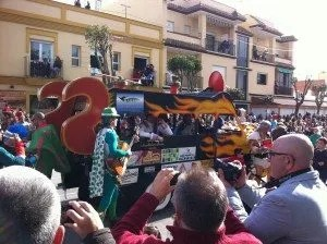 La famille nomade digitale assiste au carnaval de Chipiona en espagne