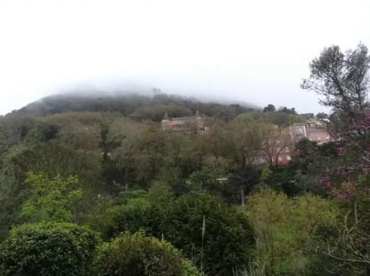 Un chateau sous la brume à Sintra par la famille nomade digitale