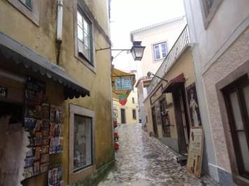 une ruelle du centre ancien de Sintra avec la famille nomade en avril