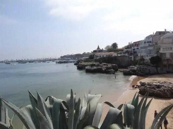 Portugal : Vue de la plage de Cascais avec la famille nomade digitale