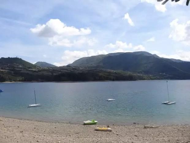 Italie : Bain de soleil sur les rives du lac de Suviana