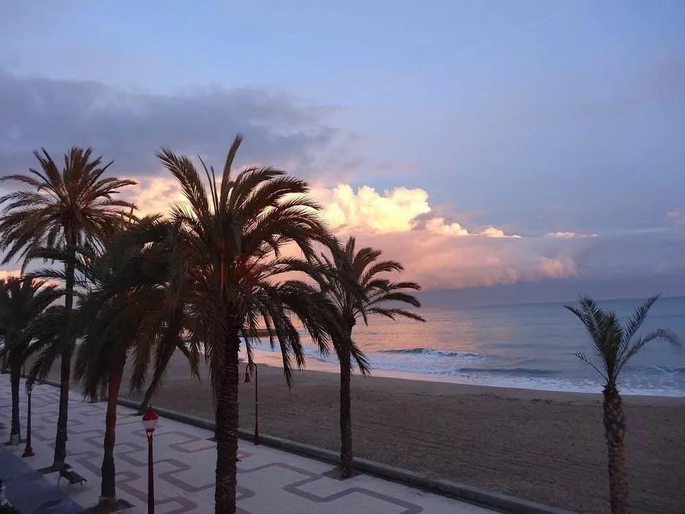 Notre vie nomade en Espagne-coucher de soleil sur Cubelles en janvier_famille nomade digitale