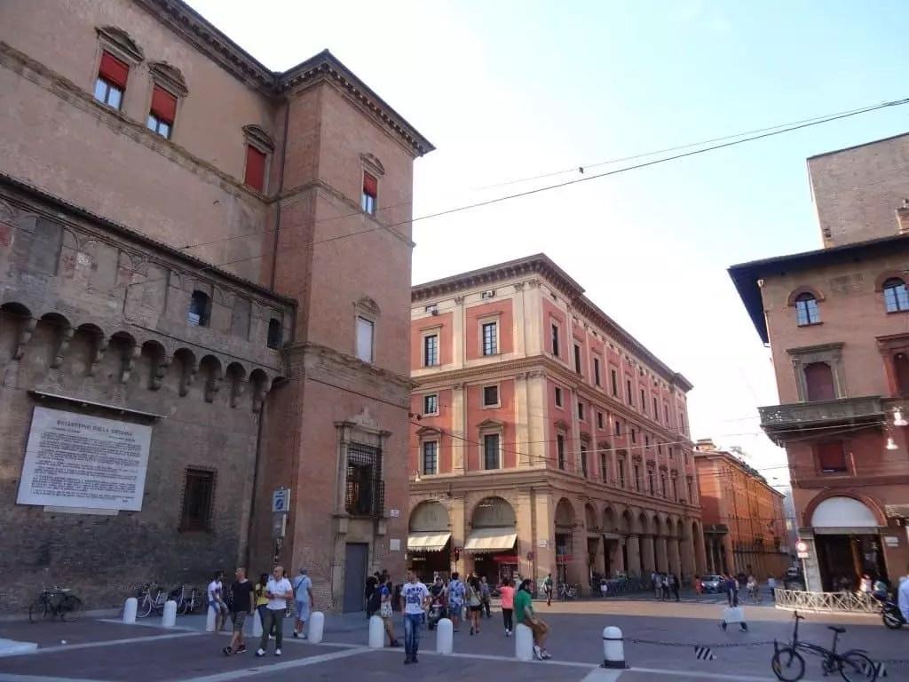 plaza neptuno-bologne-famille qui voyage en italie tout en travaillant par internet-nomade digitale
