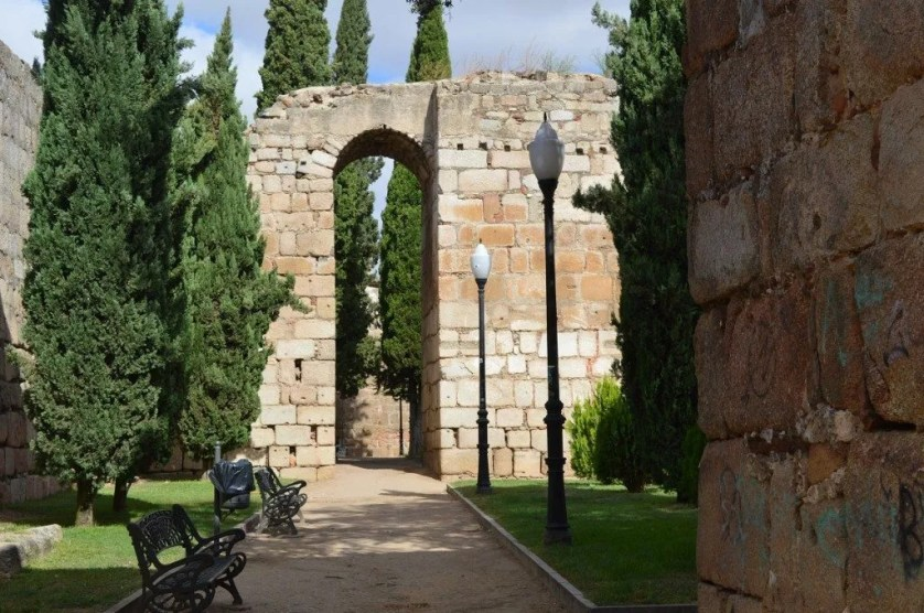 La famille nomade digitale devant les vestiges romaisn de Mérida en Espagne