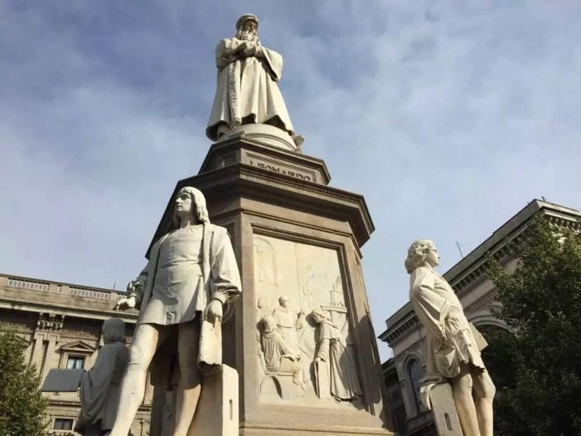 Leonard de vinci et ses eleves statue Milan famille nomade digitale voyage en Italie
