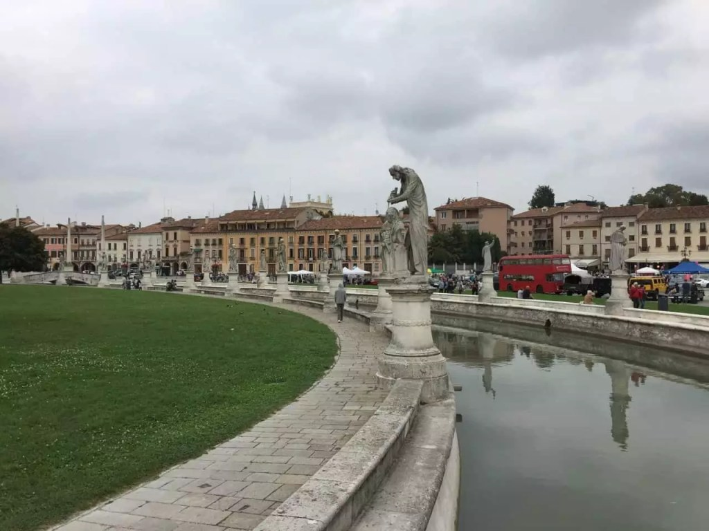 le-prato-de-la-valle-et-ses-statues-le-long-du-canal-famille-nomade-digitale