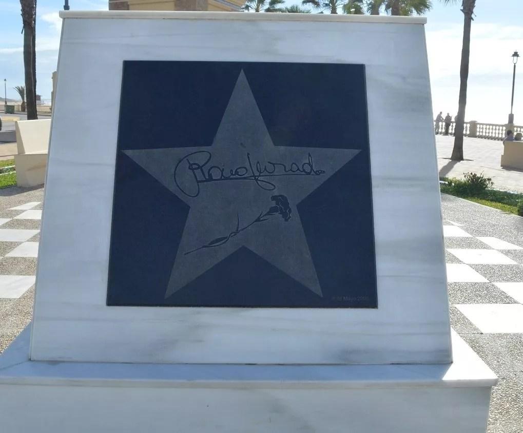 plaque commémorative en hommage à la chanteuse Rocio Jurado -Esplanade du sanctuaire de la Virgen de Reglafamille nomade digitale